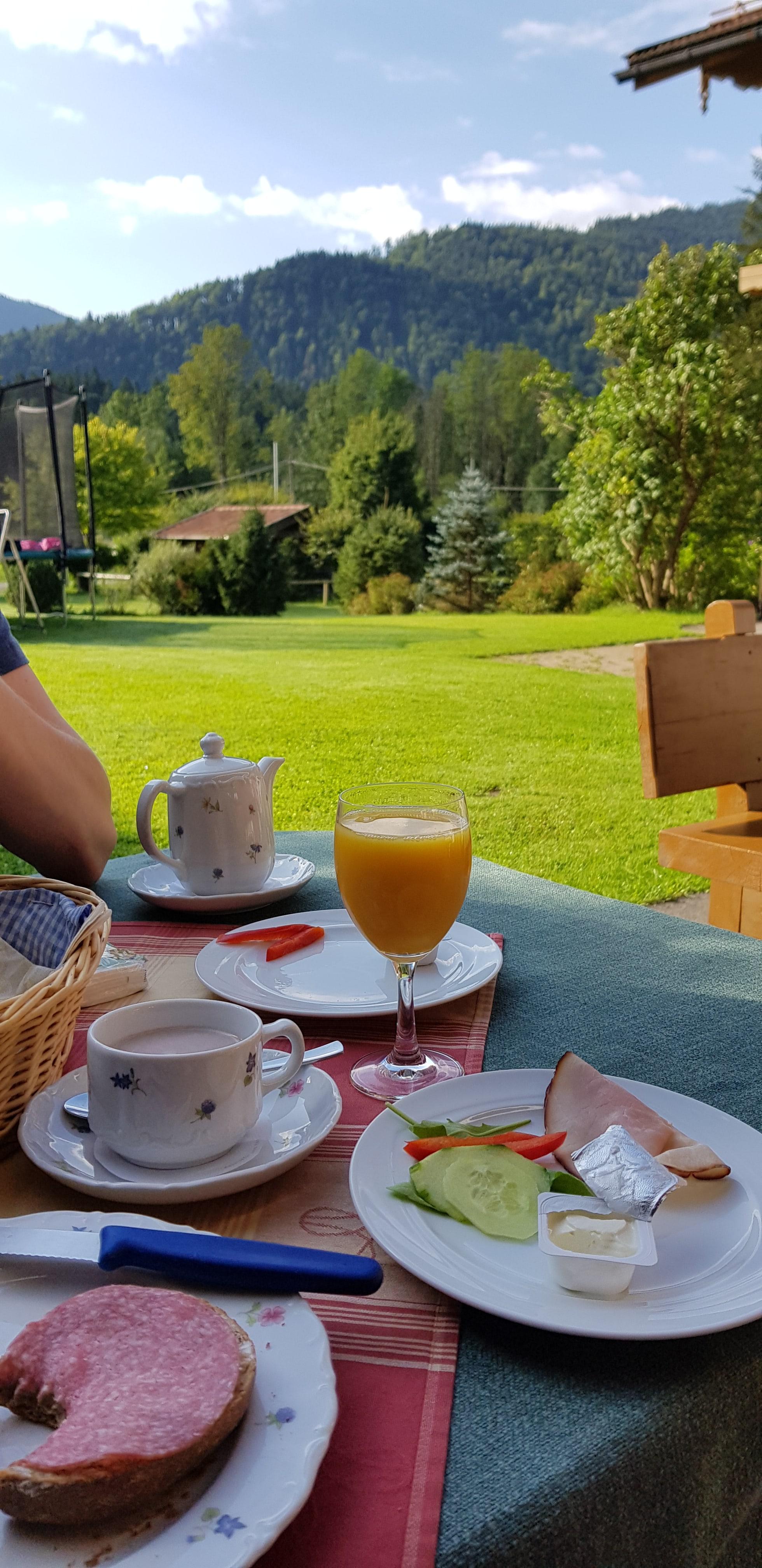 Frühstück im Garten - Stärkung für den Aufstieg auf die Hochalm
