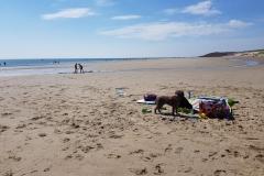mit Sack und Pack am Strand