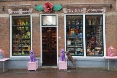 Mío und seine neue Freundin vorm Kitsch-Laden in Domburg